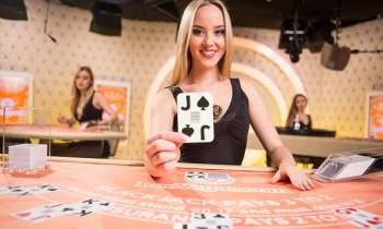croupière live blackjack cartes